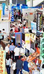 住宅関連52社が出展し開幕した「第29回トータルリビングショウ」=16日午前、宜野湾市・沖縄コンベンションセンター展示棟