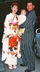 成人式で、同じ振り袖を着た上原栞奈さんの母・信子さん(左)。父・晶也さんが抱っこしている赤ちゃんが栞奈さん=1999年(上原俊光さん提供)