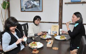 食事を楽しむ女性たち