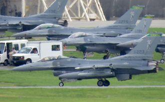 米軍嘉手納基地に飛来したF16戦闘機(手前)=2015年6月
