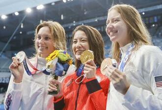 女子200メートル個人メドレーで優勝し、メダルを手にする大橋悠依(中央)。左は2位のアレックス・ウォルシュ、右は3位のケート・ダグラス=東京アクアティクスセンター