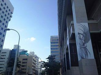 青空と、タイムスビルの柱のアート。「天描画家」大城清太さんの「ピラー・ギャラリー」、30日までの展示です。