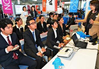 業務内容など、企業側の説明を熱心に聞く学生たち=宜野湾市・沖縄コンベンションセンター