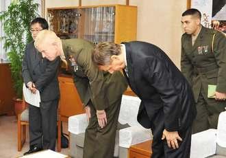 富川盛武副知事に対し頭を下げるポール・ロック准将(左から2人目)ら=13日午後、県庁