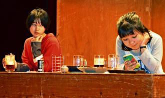 リハーサルをする脚本を担当した垣花さん(右)ら。舞台の設定は2年後の居酒屋だ=2日、那覇市・牧志駅前ほしぞら公民館ホール