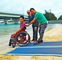 沖縄の海、車いすでも楽しみたい! 砂浜の移動を助ける「モビマット」貸し出しへ