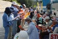 辺野古新基地:市民90人、抗議の座り込み続く「工事止められる」