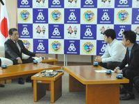 選択肢など妥協点の検討を説明 「県民投票の会」、沖縄市長に実施を要請