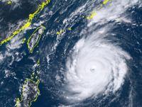 猛烈な台風24号(チャーミー)フィリピンの東でほとんど停滞