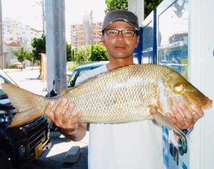 渡嘉敷島で67・7センチ、4・08キロのタマンを釣った瑞慶覧朝邦さん=23日