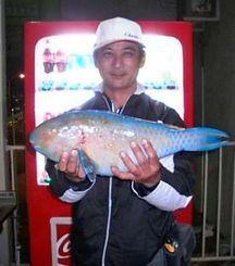安田で51.5センチ、2.3キロのアーガイを釣った徳元正朗さん=4日