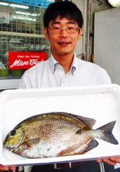 安謝海岸で44センチ、2キロのカーエーを釣った真喜志康平さん=10日