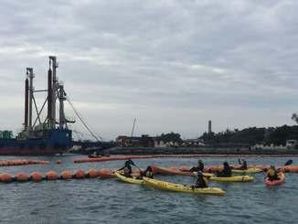 「K9」護岸付近で新基地建設に抗議するカヌー隊=25日午前9時25分ごろ、名護市辺野古沖