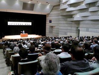 会場のパレット市民劇場は満席