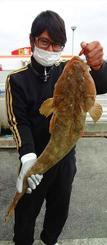 金武海岸で76.3センチ、2.89キロのコチを釣った金城祐太さん=3日