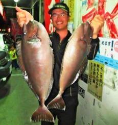 宜名真海岸で68・6センチ、3・31キロのバショーカーを釣った金城大地さん=12月20日