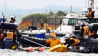 ボーリング作業に抗議するカヌー隊を拘束する海保職員=12日午後3時すぎ、名護市辺野古沖