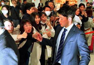 日本ハムのドラフト1位、吉田輝星選手の沖縄入りに歓喜する女性ファン=31日午後、那覇空港(下地広也撮影)