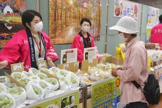 金森赤レンガ倉庫で販売された宮城県産のブドウとナシ=19日午前、北海道函館市