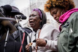 13日、記者会見で泣き崩れる、射殺されたダンテ・ライトさんの祖母=米ミネソタ州ミネアポリス(AP=共同)