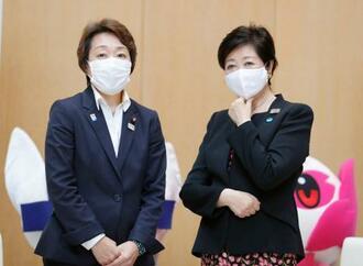 会談後、写真に納まる橋本五輪相(左)と東京都の小池百合子知事=18日午後、東京都庁
