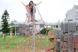 【3】広々とした園内は、小さな子どもも楽しめる遊具やアスレチックがそろう=うるま市与那城総合公園