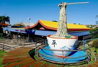 フェイラ・セントラル(公設市場)前に飾られたSOBA(沖縄そば)のモニュメント。高さは5メートルにもおよぶ=カンポグランデ市内