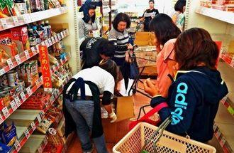 南・北大東島では、食料品や生活物資の輸送の大半を船便に頼る。パンや牛乳、生鮮野菜が2週間ぶりに届き客が殺到した=2014年10月、同村在所のAコープ南大東店(東和明通信員撮影)