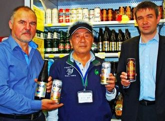 ロシアでオリオンビールを販売する(左から)セルゲイCEO、嘉手苅社長、アレクサンダー代表=6日、ウラジオストク市のスーパー「ソトカ」
