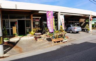 82年前、圧搾機が置かれていた「サーター屋」があった場所。現在では古謝公民館になっている=沖縄市古謝