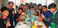 給食に養殖車エビ 久米島の小中校