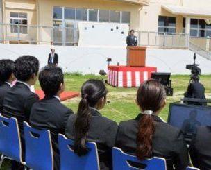 「N高等学校」の沖縄伊計本校と東京会場をインターネットで中継して入学式を行う職員ら=6日、うるま市伊計
