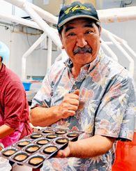 「メネフネはハワイで言うキジムナーのような妖精」と説明する「メネフネ・マック」のニール・アラカキさん=8月31日、ハワイのホノルル市内