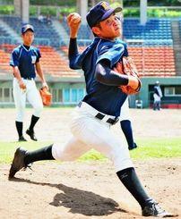 トルネード投法で打者をかく乱する2年生エース・比屋根雅也=浦添球場