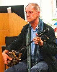 演奏中のトンプソンさん=ロンドン大学東洋アフリカ研究学院