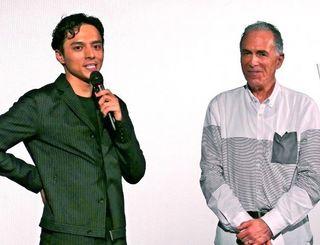 「毎年6月に上映したい」と話す満島真之介(左)とロジャー・パルバース監督=那覇市・桜坂劇場