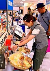 旧盆に向けてお中元を選ぶ買い物客=20日午後、那覇市のデパートリウボウ