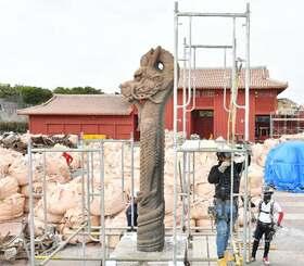 仮設足場が組まれ応急処置が行われた首里城の大龍柱=27日午前、那覇市・首里城公園
