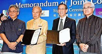 協定を結んだ仲井真知事(左から2人目)とウォン上級アドバイザー(同3人目)ら=25日、那覇空港国際線ターミナルビル