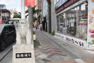 人通りが少ない那覇市中心部の国際通り=10日午後