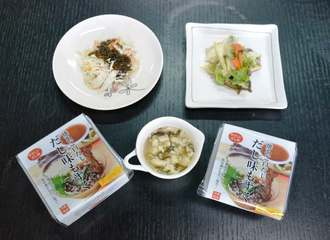 サラダや野菜炒め、ゆし豆腐などにそのまま使える「だし味もずく」=16日、那覇市曙・沖縄フレッシュ
