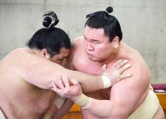 合同稽古で阿武咲(左)と相撲を取る白鵬=25日、両国国技館内の相撲教習所(代表撮影)