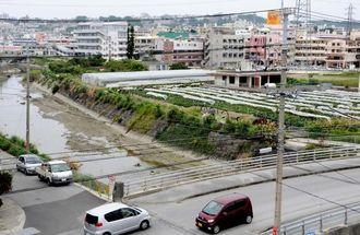 長堂川と南風原町津嘉山の低地帯。金良橋(手前)から北側を望む=3月31日