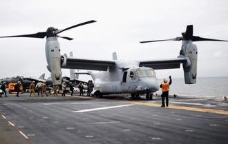 米強襲揚陸艦の艦上に駐機する海兵隊のオスプレイ=2017年6月、オーストラリア・シドニー沖(ロイター=共同)