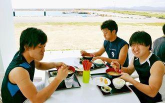 天気のいい日は細崎漁港を眺められるテラスでの食事がお勧め=竹富町小浜