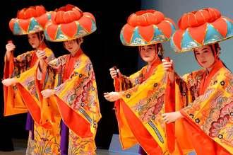 大人顔負けの艶やかな「四つ竹」を披露する無憂華の会の子どもたち=31日、那覇市久茂地・タイムスホール