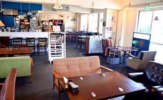 「昭和レトロポップ」な雰囲気の店内。内装はオーナーの妻・奈津子さんが手がけた=名護市為又