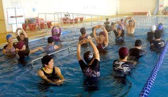 水中運動のプログラムにも講師が付き利用者に教えてくれる=読谷村健康増進センター