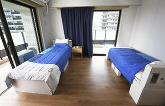 東京五輪選手村の居室内に置かれた段ボール製ベッド=6月、東京・晴海