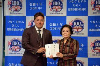 城間幹子市長(右)に寄付を託した山川穂高選手=10日午前、那覇市役所